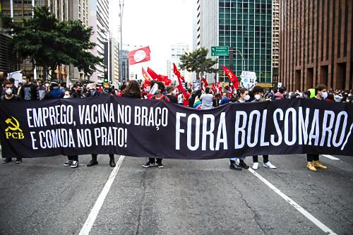Manifestação contra o governo Bolsonaro na avenida Paulista - faixa reivindica Fora Bolsonaro, emprego, vaci