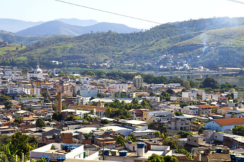 Vista de cima de cidade situada na margem do rio Paraíba do Sul