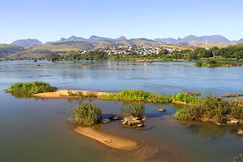 Rio Paraíba do Sul e área urbana do município ao fundo