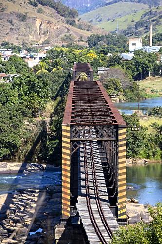Vista de cima da Ponte Preta sobre o rio Paraíba do Sul no distrito de Ipuca - ponte ferroviária desativada