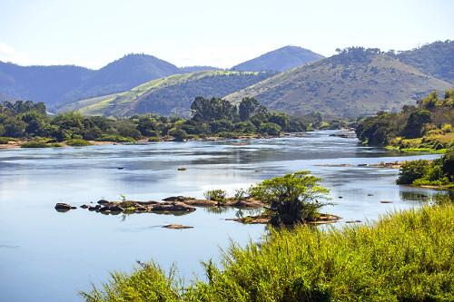 Rio Paraíba do Sul e montanhas da Serra do Mar ao fundo