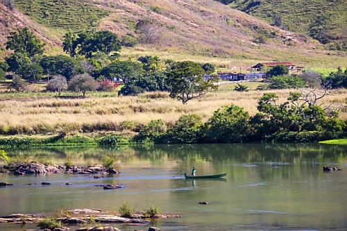 Pescador navegando no rio Paraíba do Sul com nível baixo durante estiagem