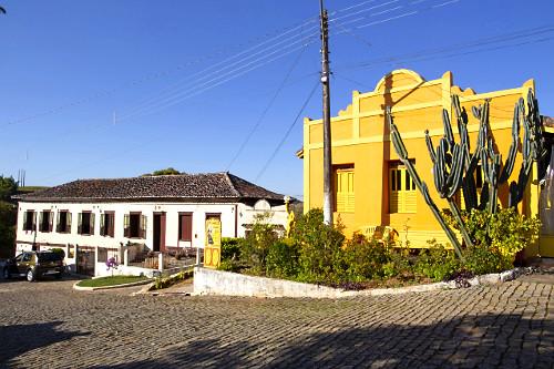Casarão colonial e à direita antiquário instalado em construção histórica - distrito São Pedro de Itaba