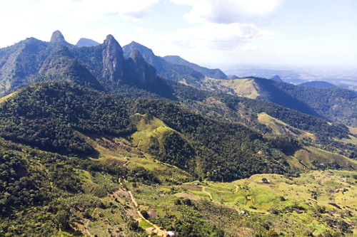 Vista de drone do Monumento Natural Estadual de Serra das Torres localizada no distrito São José das Torres