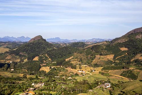 Pequenas propriedade rurais com plantações de café, banana e eucalipto e áreas com vegetação remanescent