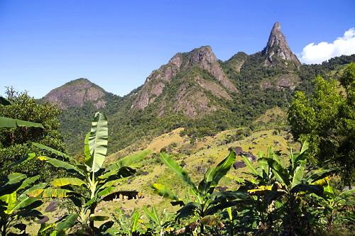 Plantação de banana e Pico do Farol inserido no Monumento Natural Estadual de Serra das Torres
