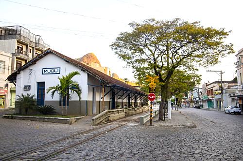 Estação ferroviária desativada - atual rodoviária e Centro Cultural Emanoel Britto Ribeiro - inaugurada em