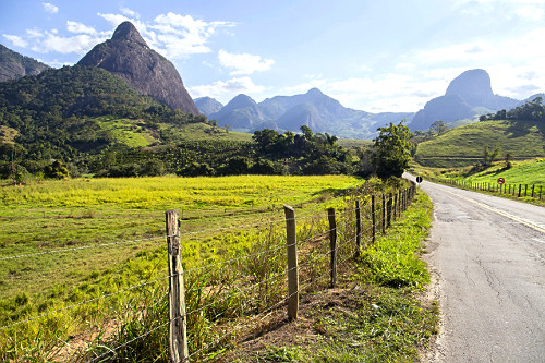Rodovia ES-289 e ao fundo Monumento Natural Estadual Serra das Torres