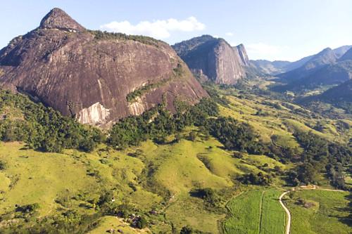 Vista de drone das formações rochosas do Monumento Natural Estadual Serra das Torres