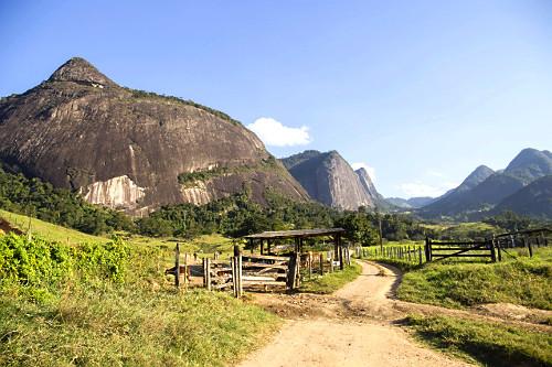 Criação de gado e formações rochosas do Monumento Natural Estadual Serra das Torres