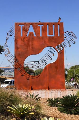 Letreiro na entrada da cidade em formato de instrumento com notas musicais - cidade conhecida como capital da