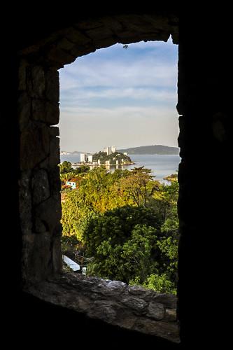 Janela de antigo casarão com vista para a Ilha Porchat - vista a partir do Morro dos Barbosas