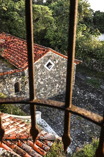 Grade de ferro em janela de antigo casarão no Morro dos Barbosas