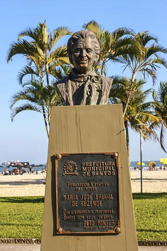 Escultura em homenagem a Maria José Aranha de Rezende - fundadora da Academia Santista de Letras na orla do B