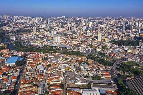 Vista de drone da cidade - Rio Sorocaba e terminal rodoviário ao centro