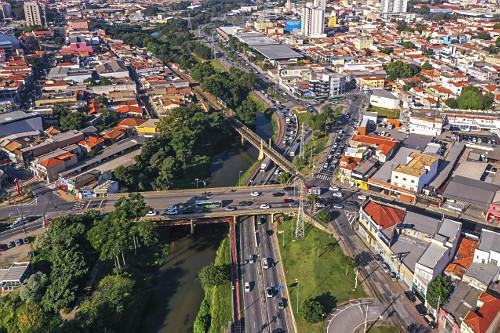 Vista de drone da cidade - Avenida São Paulo e ponte ferroviária sobre o Rio Sorocaba e Avenida Dom Aguirre