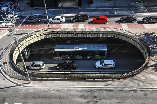 Vista de cima de veículos no Complexo Viário Paulo Roberto Fanganiello Melhem na Avenida Paulista - conhecid