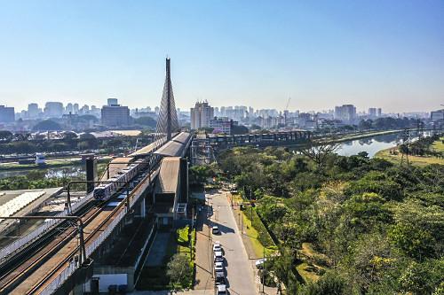 Vista de drone da Estação Santo Amaro Linha 5-Lilás do Metrô na Ponte Estaiada Engenheiro Jamil Sabin sobr