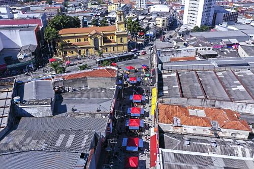Vista de drone de ambulantes na Rua Capitão Tiago Luz e Catedral de Santo Amaro no Largo Treze de Maio - Bair