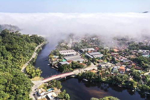 Vista de drone de nevoeiro marítimo também conhecido por nevoeiro por advecção na foz do Rio Una - Praia B