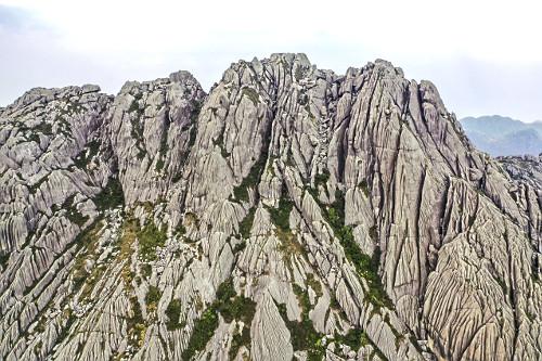 Vista de drone do Pico das Agulhas Negras situado no ponto mais alto do Parque Nacional do Itatiaia