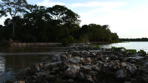 Barragem de pedras entre as baías de Siá Mariana e Chacororé - distrito Mimoso - contenção para as águas